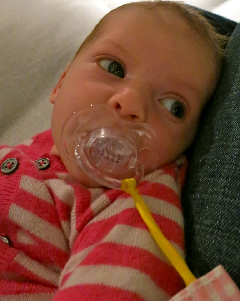 Elina mit 4 Wochen und Nuggi