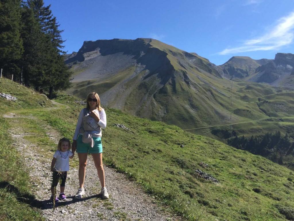 Frauen vor Bergpanorama